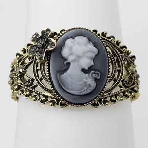 Cameo Bracelet w Crystal Accents
